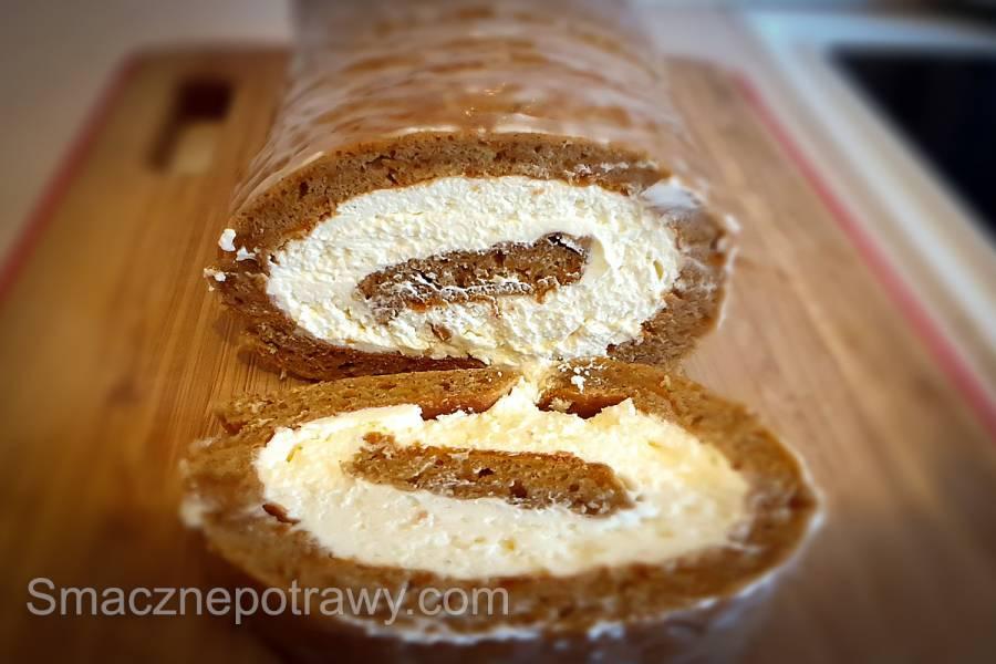 Rolada z ciasta marchewkowego