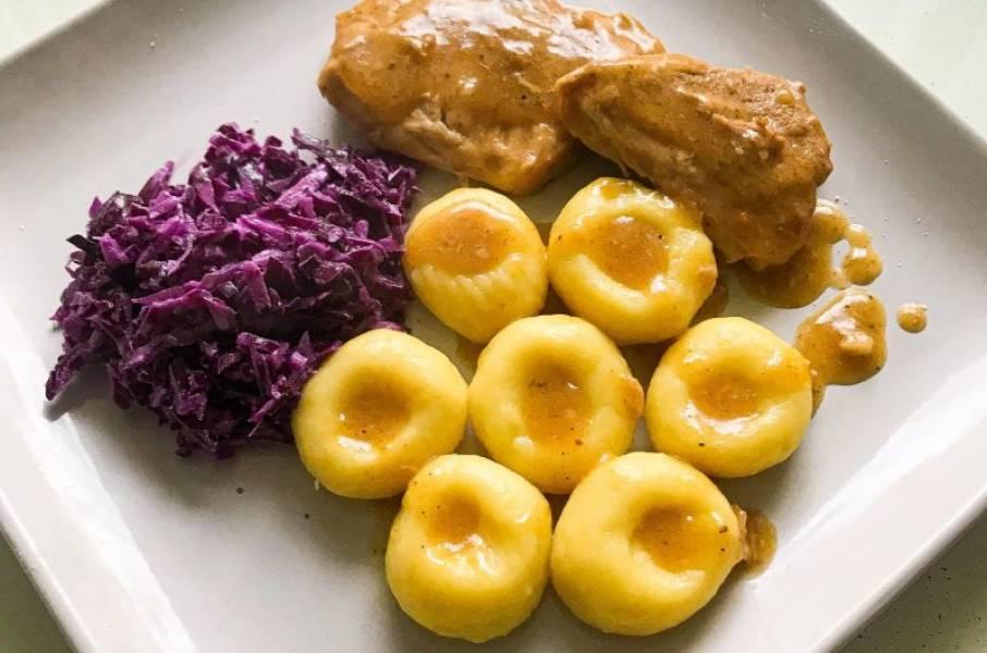 Pieczeń wieprzowa z kluskami śląskimi i czerwoną kapustą