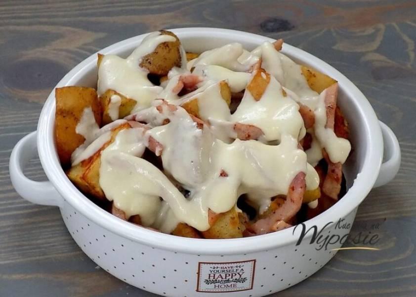 Ziemniaki w sosie serowym z szynką
