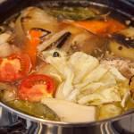 Rosół gotowany z pomidorem i kapustą. Super smak dzięki nietypowym dodatkom. PRZEPIS