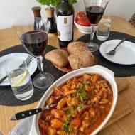 Gulasz wołowy z warzywami w pomidorowym sosie