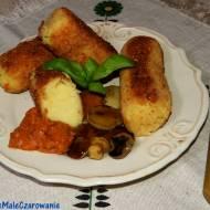 Kotlety ziemniaczane z serem, ajvarem i grzybkami marynowanymi