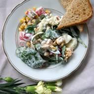 Sałatka jajeczna z paluszkami surimi i szpinakiem