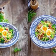Sałatka z kuskusem perłowym, brokułem i jajkiem / Salad with pearl couscous, broccoli and egg