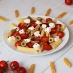 Sałatka makaronowa z fetą i oliwkami