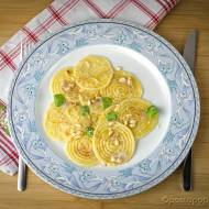 Szafranowe Corzetti z masłem, orzeszkami piniowymi i majerankiem