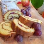 Rolada biszkoptowa z jabłkami i winogronami