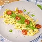 Tagliatelle z pesto i pieczonymi pomidorkami