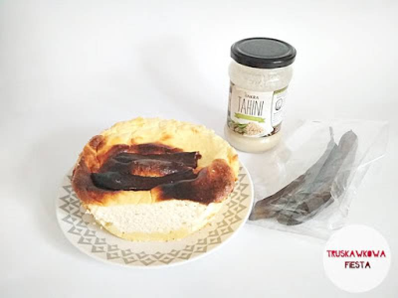 Serniczek z tahini i strąkami karobu