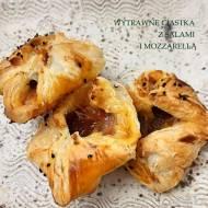 Wytrawne ciastka z salami i mozzarellą