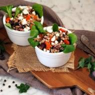 Sałatka z kaszy gryczanej z pieczonymi warzywami i sosem miodowo-musztardowym i nutką mięty