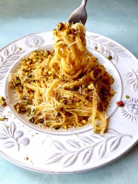 Spaghetti z cytryną, parmezanem i pistacjami według Lary Gessler