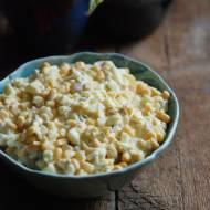 Sałatka z jajkami, kukurydzą, porem i ogórkami kiszonymi