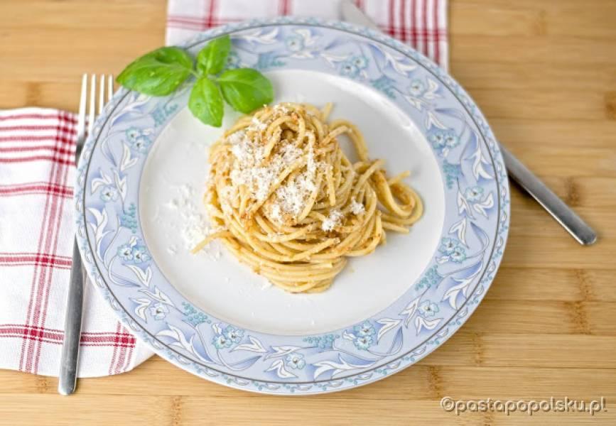 Spaghetti z pesto z suszonych pomidorów.