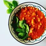 Sycące, pikantne curry z dynią, ciecierzycą i szpinakiem