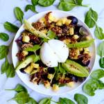 Sałatka z serem burrata, mango, awokado i winogronami