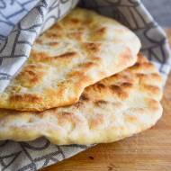 Chlebek naan – indyjski chlebek z patelni