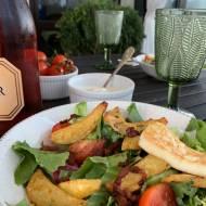 Sałatka z frytkami i serem halloumi