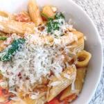 Makaron razowy ze szpinakiem i pomidorami