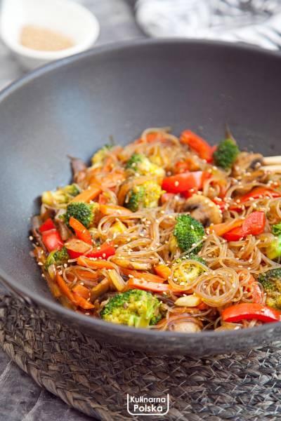 Makaron smażony z warzywami. Przepis wegański