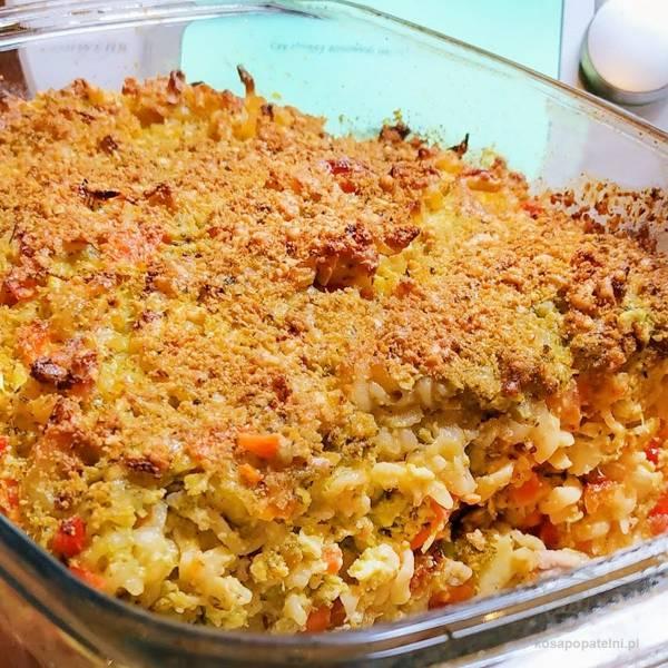 Zapiekanka makaronowa z brokułami i mięsem z indyka pod ziołową pierzynką