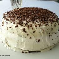 Torcik czekoladowy z kremem i wiśniami