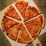 New York pizza. Klasyczna pizza w stylu nowojorskim