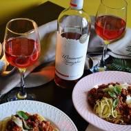 Spaghetti bolognese z dodatkiem różowego wina.