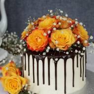 tort z żywymi różyczkami