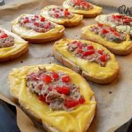 Ciepłe kanapki z mięsnym nadzieniem
