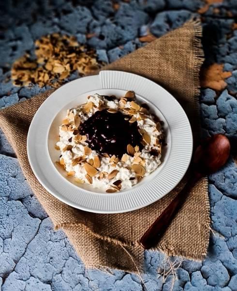 Pudding ryżowy  z bitą śmietaną, migdałami i wiśniami