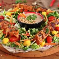 Kurczak sataye z sosem orzechowym na sałatce