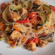 Makaron sojowy z kurczakiem i warzywami