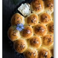 Odrywane bułeczki z serem,  miodem i czarnuszką