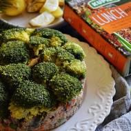 Torcik z lunch mixem, brokułem i szprotkami.