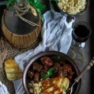 Węgierski gulasz z makaronem orzo i halloumi