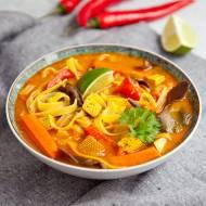 Wegańska zupa z tofu i makaronem ryżowym. Rozgrzewa! PRZEPIS