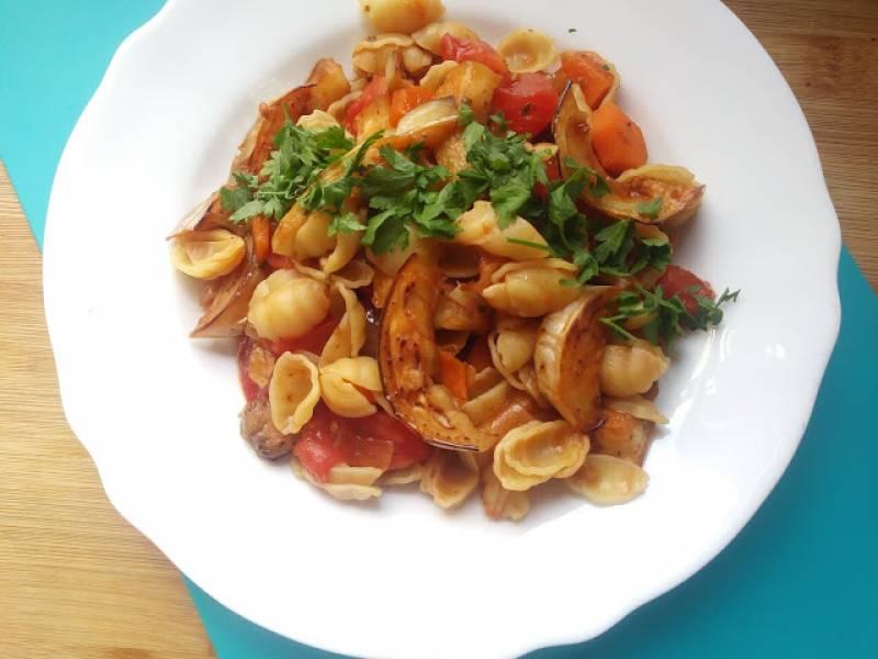 Makaron z białym bakłażanem i pomidorami