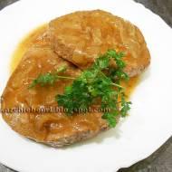 Ligawa wołowa duszona w delikatnym sosie z cebulą