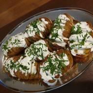 Pieczone ziemniaki z sosem śmietanowo-czosnkowym