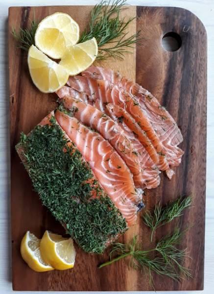 Gravlax z koperkiem. Przystawka z marynowanego łososia.