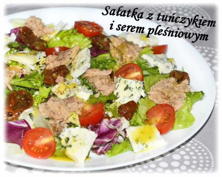 Sałatka z tuńczykiem i serem pleśniowym