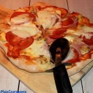 Pizza na kamieniu na grubym spodzie