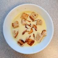Zupa czosnkowa z chipsami z czosnku i grzankami