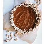 Świąteczny sernik z białą czekoladą karmelem i popcornem