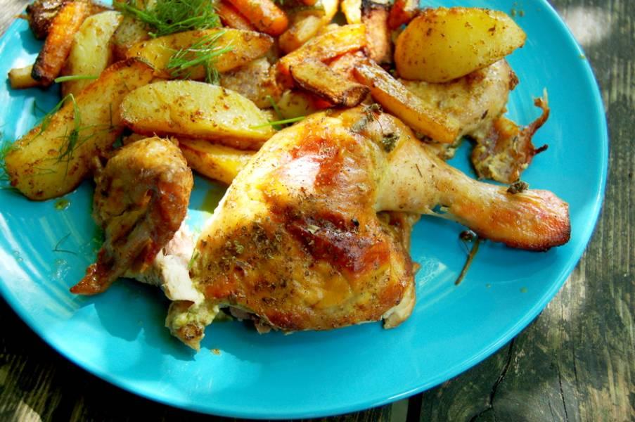 Pieczony ziołowy kurczak z pieczonymi ziemniakami i warzywami