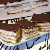 Ciasto bez pieczenia z krakersami przekładane budyniem z czekoladową polewą