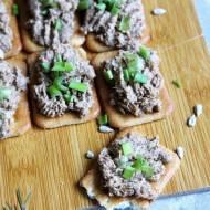 Krakersy z pastą z tuńczyka i preżonymi pestkami słonecznika