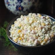 Sałatka z makaronem ryżowym, szynką, kukurydzą i ogórkami konserwowymi
