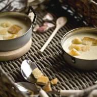 Zupa czosnkowa z grzankami.